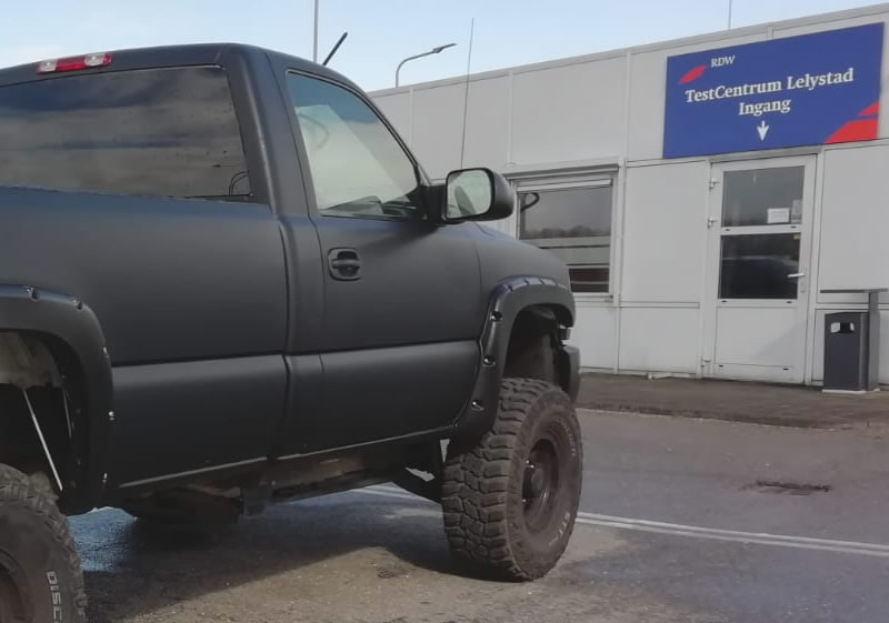 Keuring RDW Lelystad testbaan voor auto's en pickups uit Amerika geimporteerd