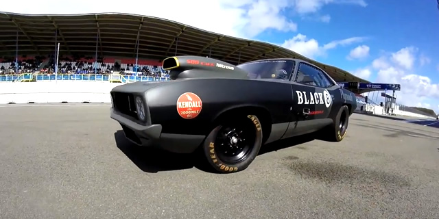 Dragrace op TT Assen circuit met Mopar Plymouth Cuda uit 1969 met 500ci stroker V8